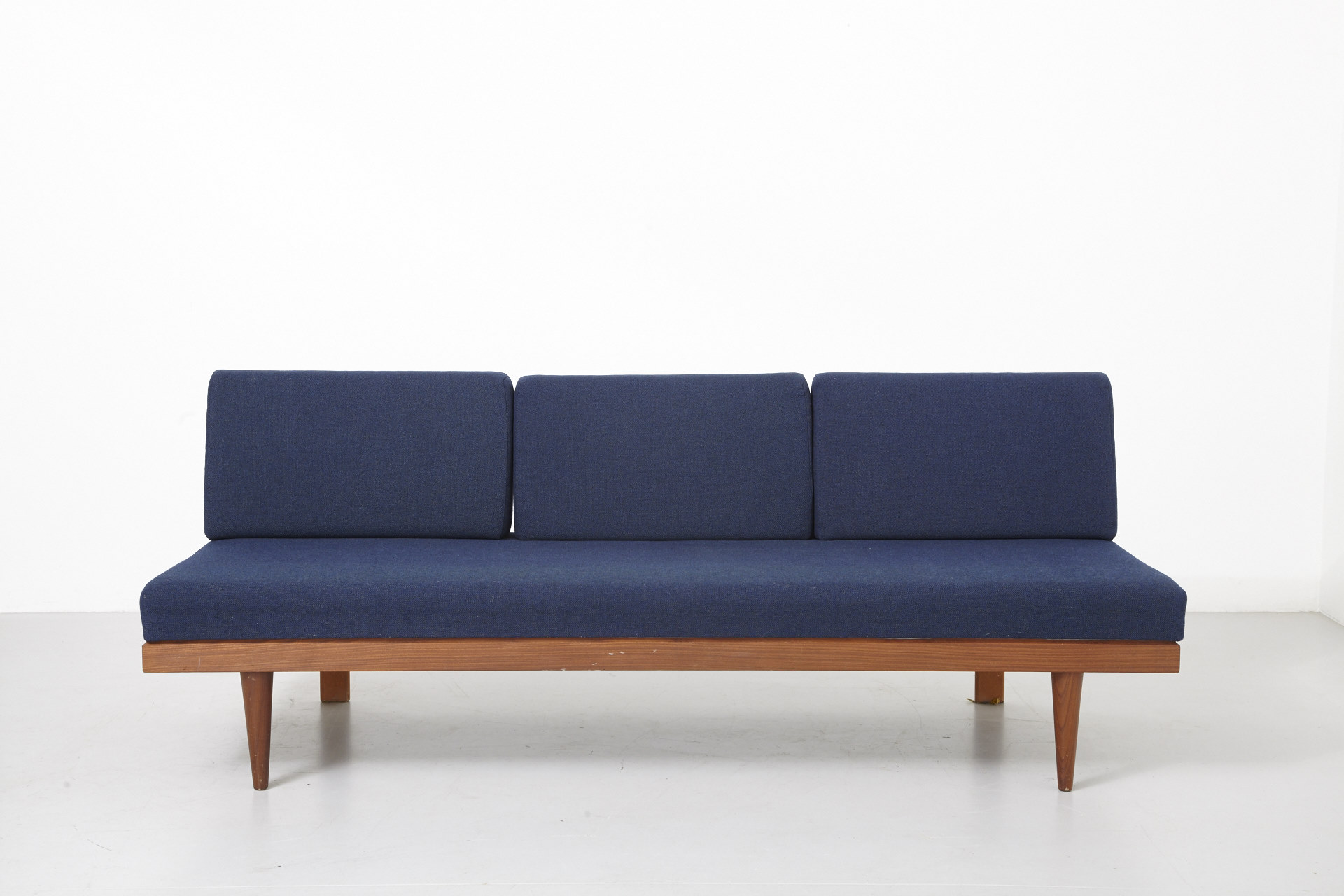 Boomerang Tv Meubel.A Daybed With Blue Cushions Teak Archive Modest Furniture