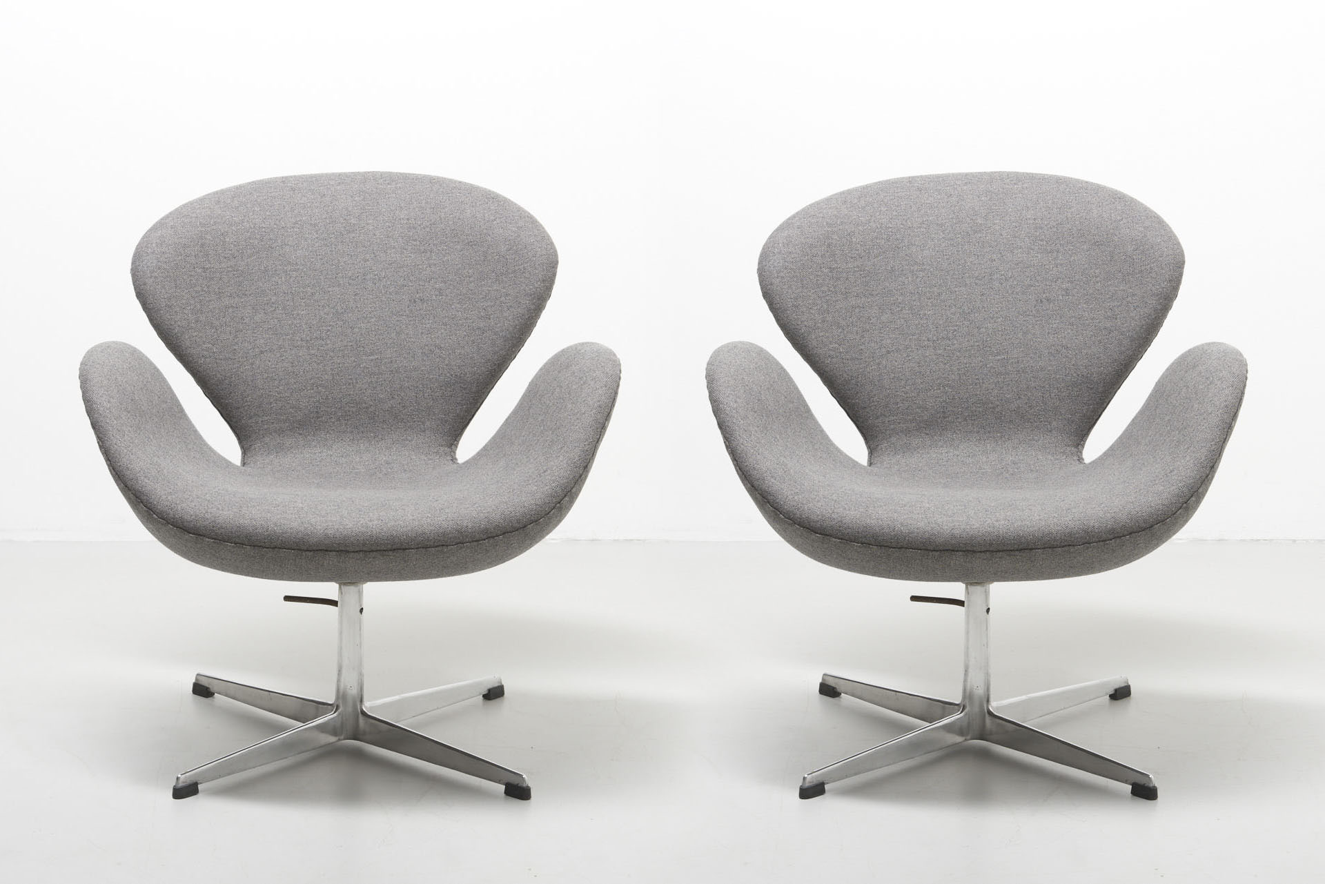 A Pair Of Swan Chairs Arne Jacobsen Archive Modest Furniture