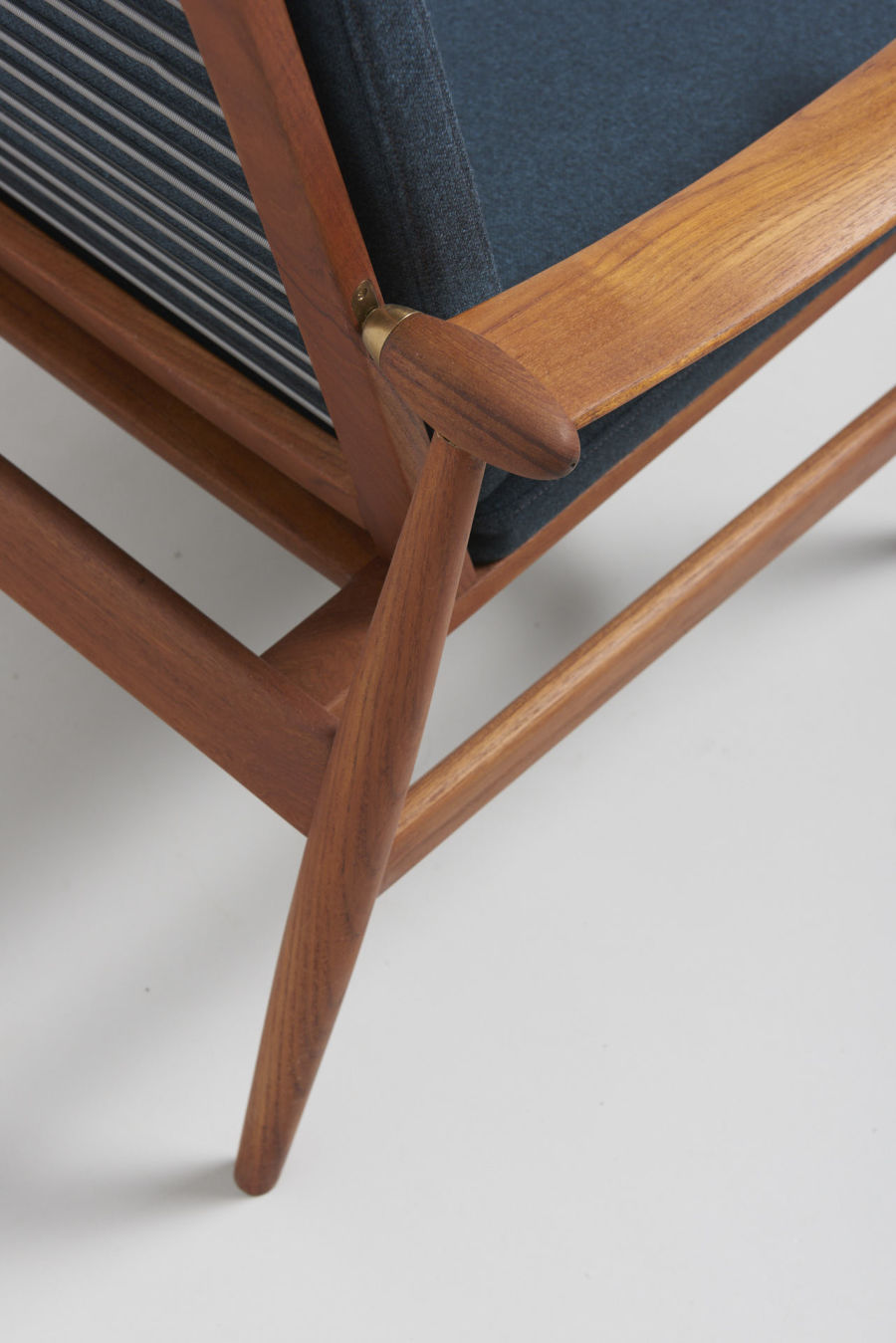 modestfurniture-vintage-1688-fin-juhl-spade-chair-france-and-son06