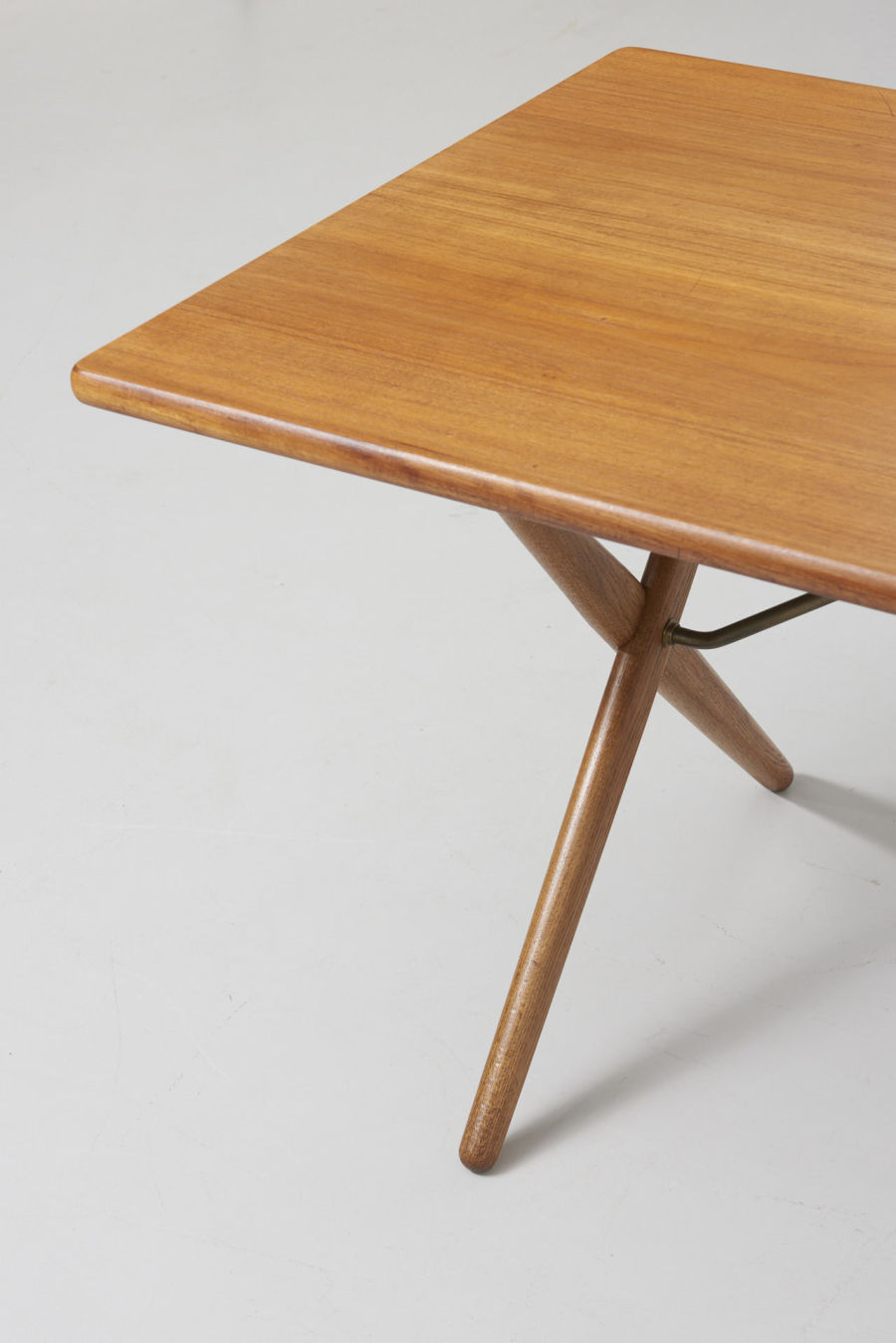 modestfurniture-vintage-2130-hans-wegner-crossleg-table-andreas-tuck-at-30302