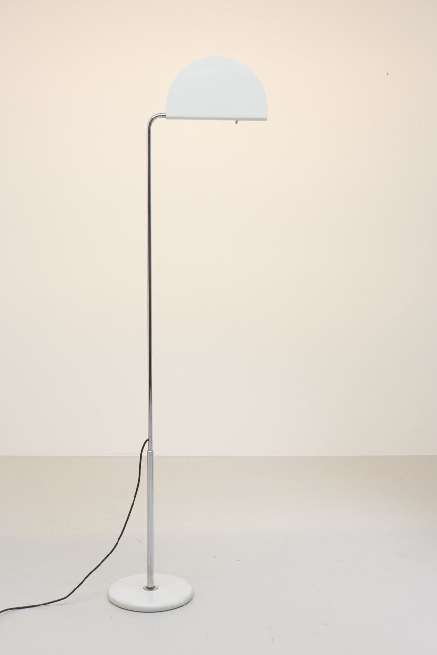 modestfurniture-vintage-2134-floor-lamp-bruno-gecchelin-mezzaluna-skipper03