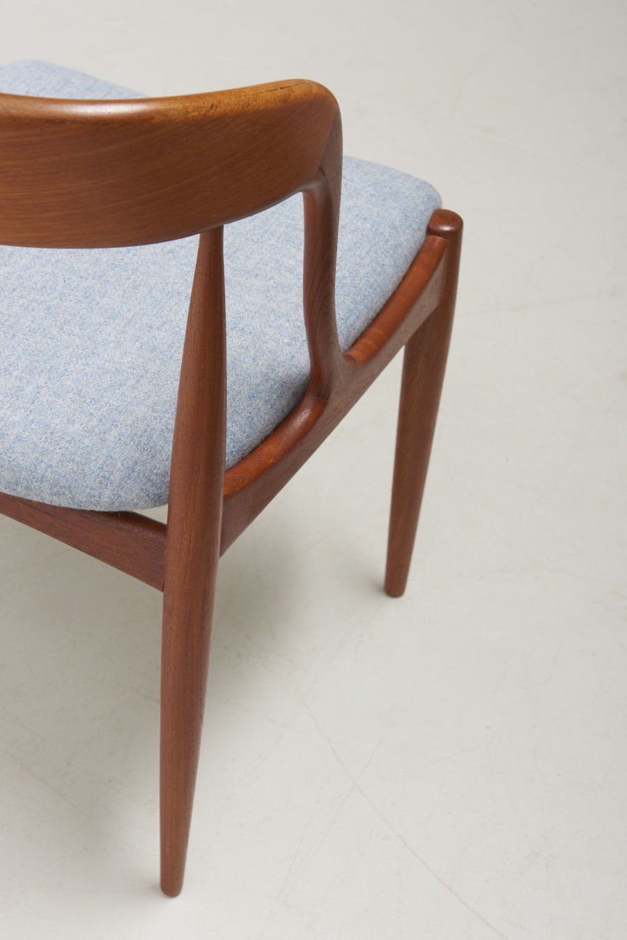 modestfurniture-vintage-2164-johannes-andersen-dining-chairs-uldum-model-1607