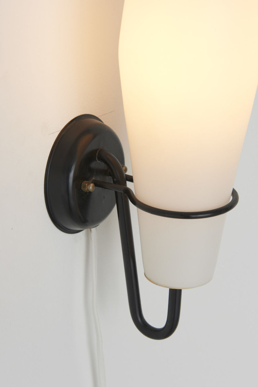 modestfurniture-vintage-2666-raak-wall-lamps-milk-glass-metal-bracket05