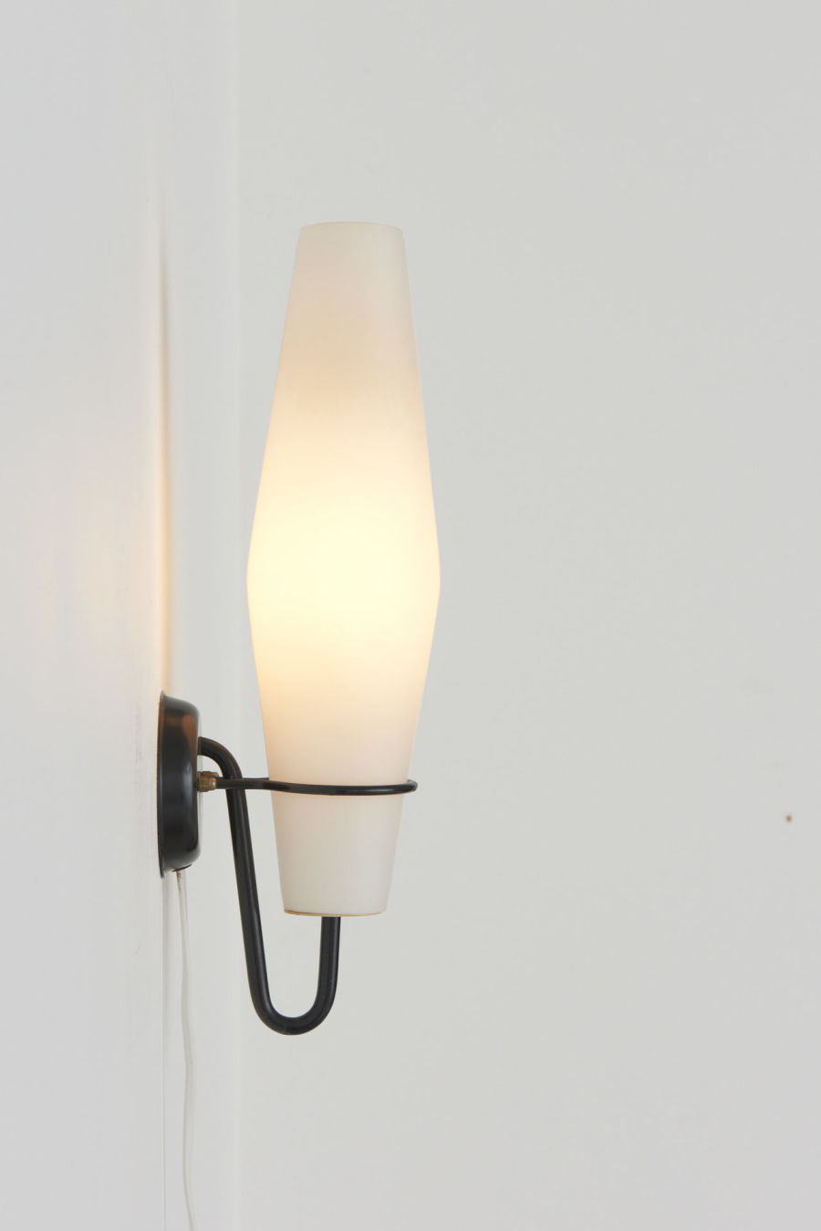 modestfurniture-vintage-2666-raak-wall-lamps-milk-glass-metal-bracket07