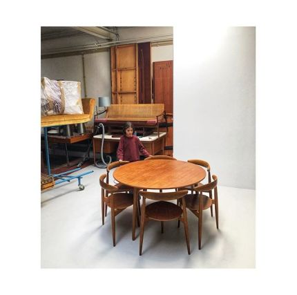 We ❤️ this set: Heart chairs with matching table in oak and teak by #hanswegner for #fritzhansen #newarrivals #midcenturyfurniture. Stay tuned for mor