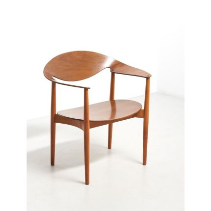 An iconic 'Metropolitan Chair' designed by Ejner Larsen & Aksel Bender Madsen in 1950. Frame in solid beech with backrest and seat in teak plywood. Th