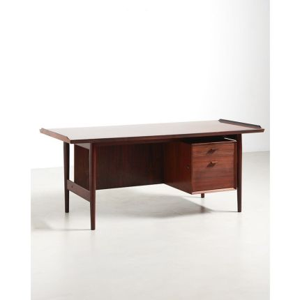 A medium sized desk by Arne Vodder in rosewood. The desktop features the typical raised edges which are a signature of the designer. Top quality produ