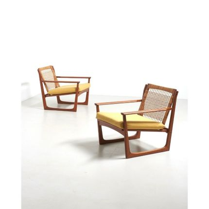 Now online! ✨ A rare pair of easy chairs in teak with a backrest in woven rattan. Design by Hans Olsen in Denmark, 1958. Made by Juul Kristensen.Enjoy