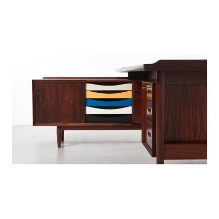 An iconic high end desk with sideboard, designed by Arne Vodder in the 1950's. Made in rosewood with the original lacquered drawers in different color